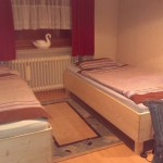 kleines Schlafzimmer jetzt mit zwei Betten
